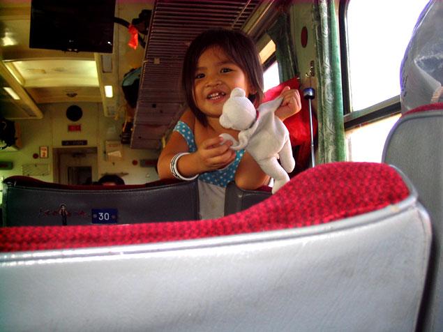Simpática niña en el tren