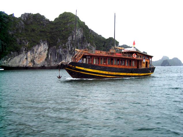 Barco por la bahía