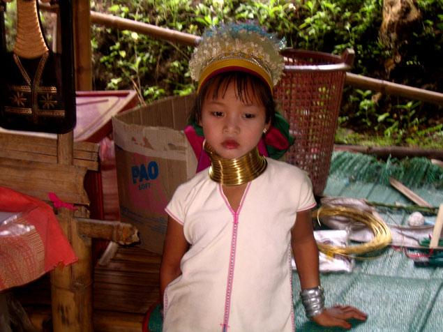 Preciosa niña en poblado