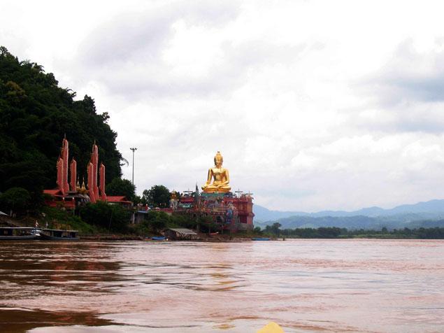 Paseo en barca por el Mekong, Gran Buda en la parte tailandesa