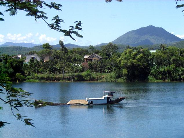 Barca río Perfume