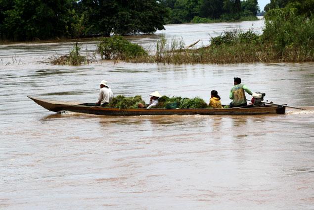Laosianos surcando las aguas del Mekong