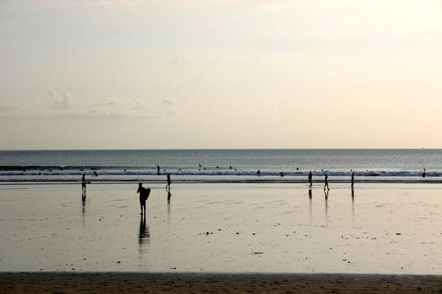 Cae la tarde y la playa de Kuta empieza a vaciarse