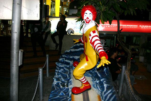 Ronald McDonald surfeando