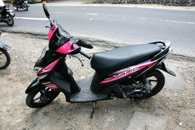 Nuestra moto en Bali (carnet de conducir internacional)