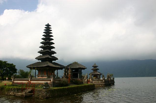 Templo unido al lago