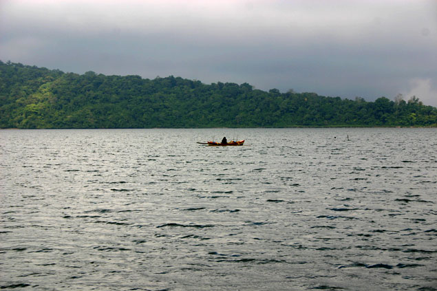 Barca sobre el Lago Bratan