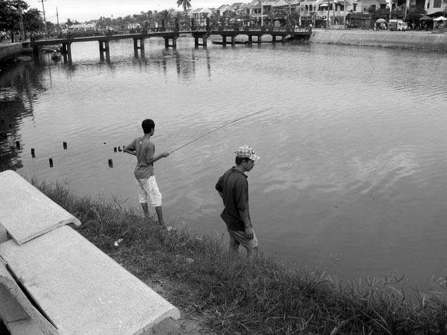 Percadores en el río Thu Bon