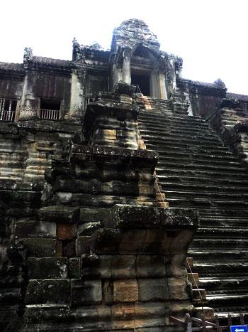 Escaleras hacia la torre principal