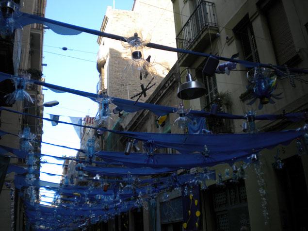 Calle adornada con objetos reciclables