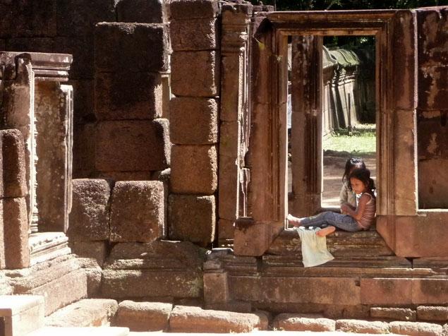Niñas camboyanas en una de las puertas