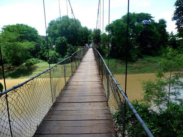 Puente colgante sobre el río Sangker