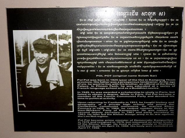 Imagen del genocida Pol Pot con su biografía