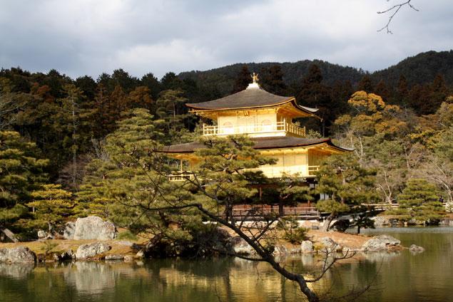 Templo y lago unidos