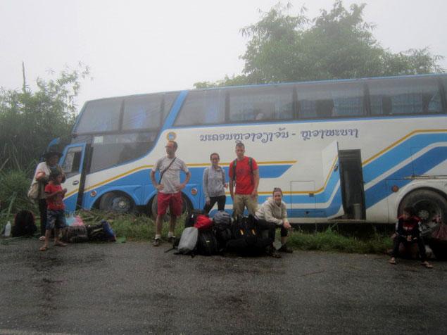 esperando bajo la lluvia después del accidente