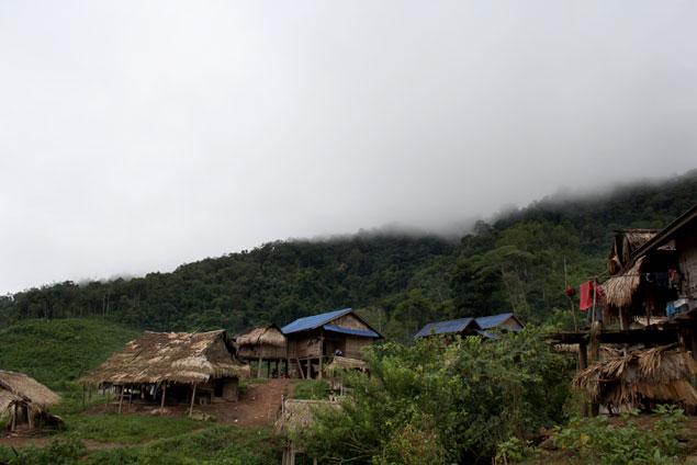 amanece en la akha village