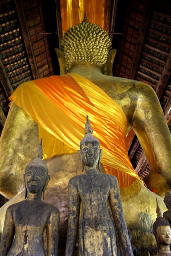 Enorme buda dorado de espaldas ,10 lugares que ver en Luang Prabang