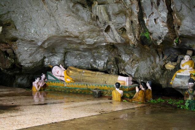 Budas en interior de una de las cuevas