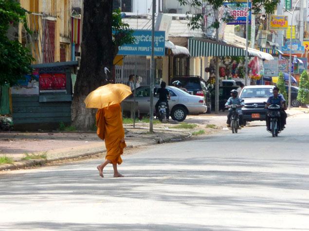 Monje en las calles de Phnom Penh