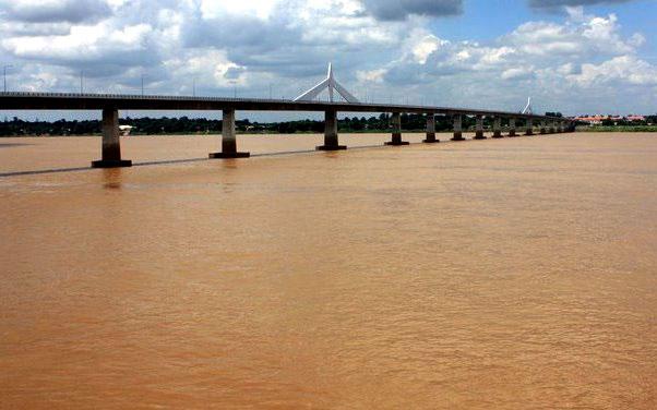 Puente de la Amistad en Frontera Tailandia Laos
