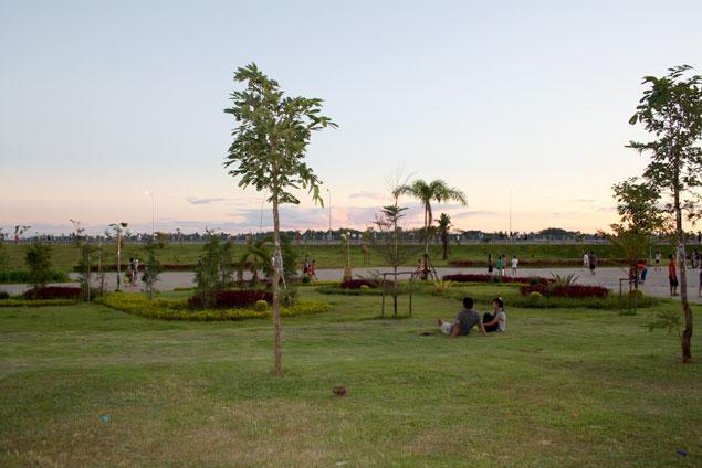 Parque junto al paseo fluvial
