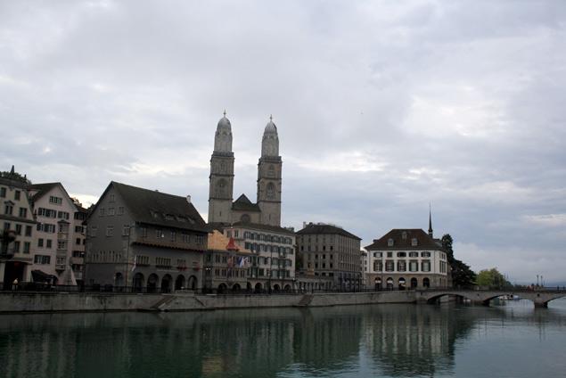 Vistas de las famosas dos torres de Grossmünster