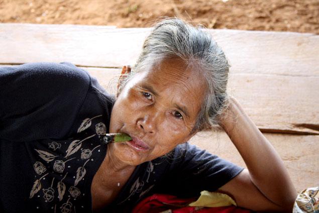 Anciana fumando