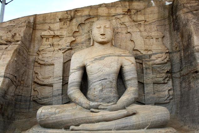 Buda en la roca que ver en Sri Lanka