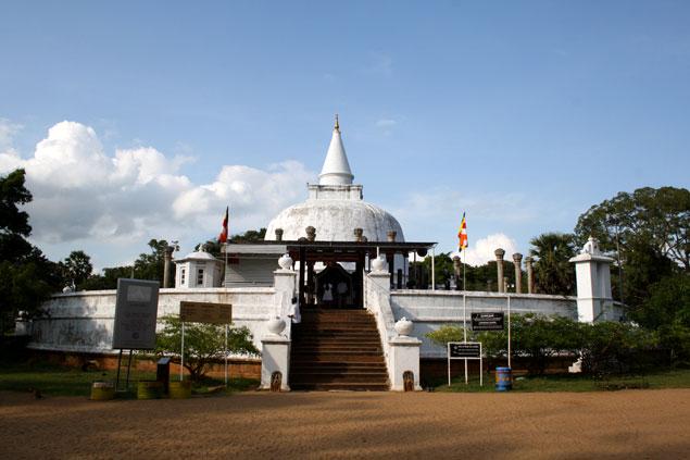 Precioso templo blanco en Anuradhapura