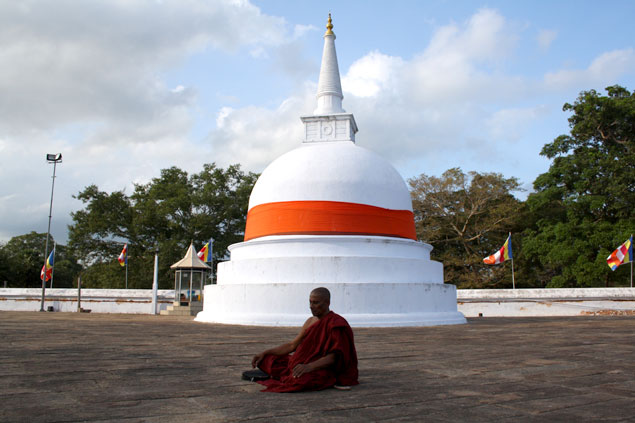 Monje budista meditando en Anuradhapura
