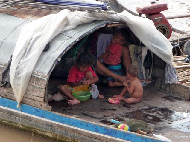 Familia viviendo en una barca en condiciones precarias
