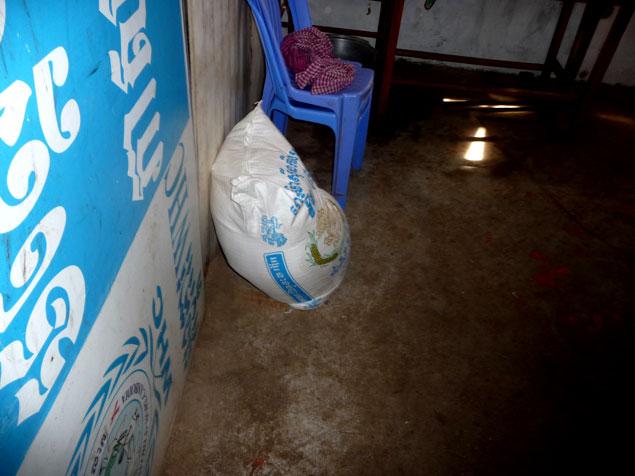 Uno de los sacos de arroz