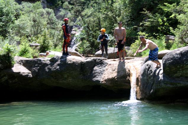 salto desde las rocas