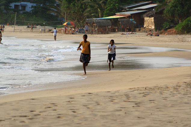 Niñas jugando en la playa de Mirissa