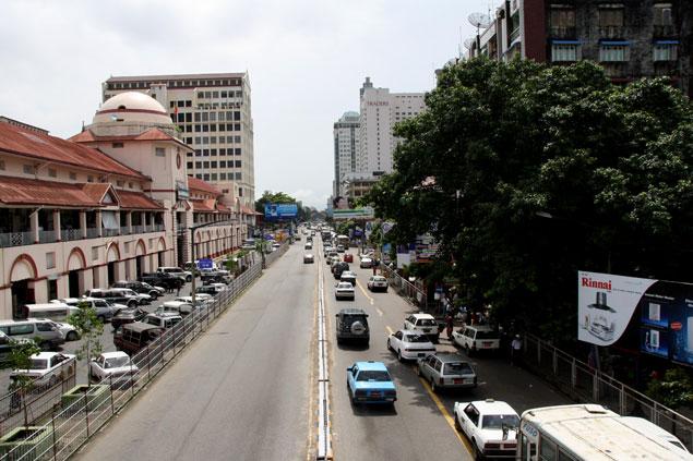 A la izquierda, la fachada principal del mercado con toques coloniales