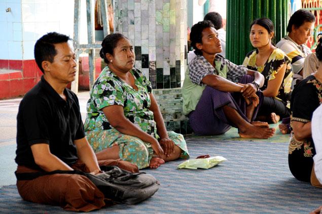 Fieles rezando en la Sule Paya
