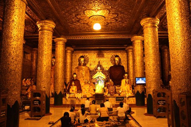 Devotos rezando en una de las salas contiguas