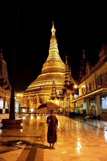 Jóven monje junto a la Shwedagon Paya