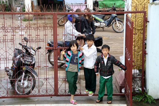Niños jugueteando por los aledaños a la estupa