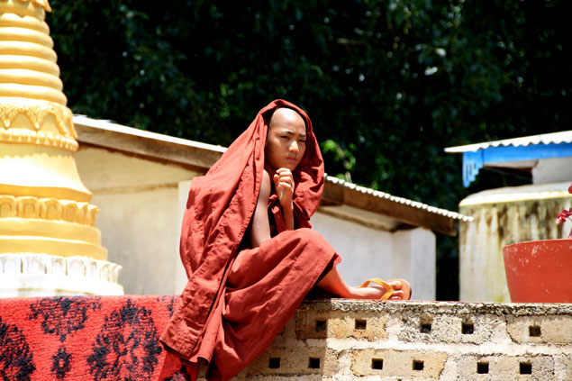 Jóven monje en monasterio