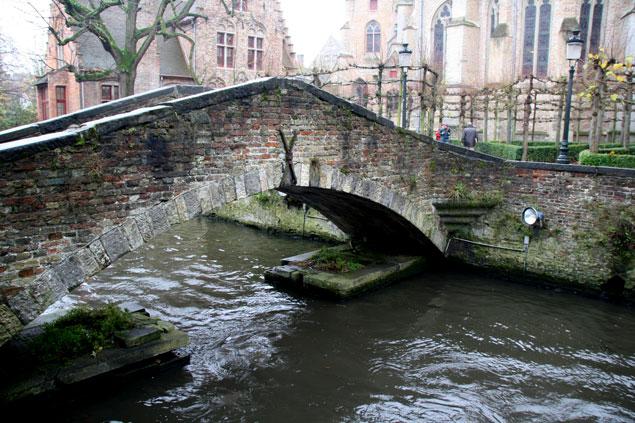 Puente sobre el canal