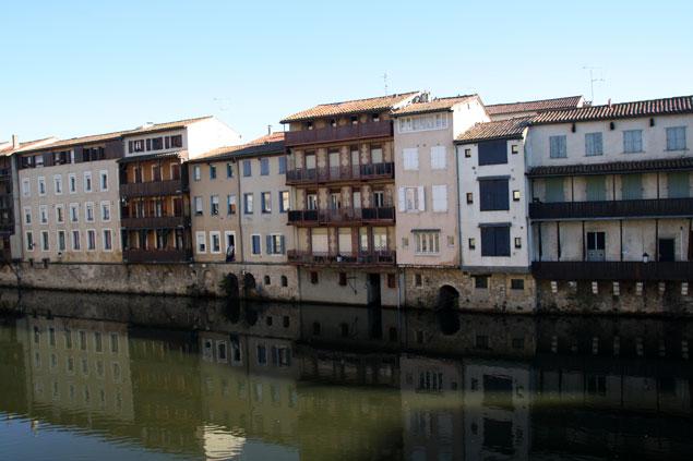 Casas en la ribera del río