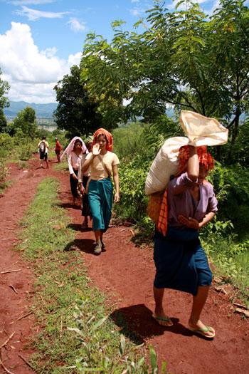 Mujeres cargando sacos de diferentes etnias perseguidas