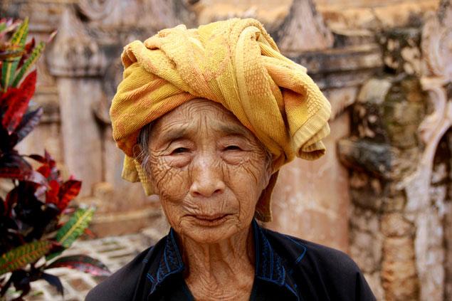 Anciana entre estupas