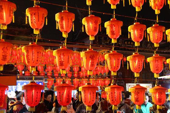 Mercado nocturno de Taipei , farolillos y compras