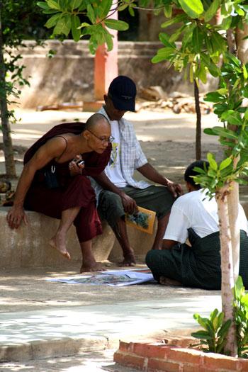 Monje en Gubyaukgyi observando pinturas