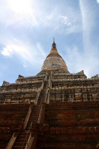 Vista de las escaleras hacia la estupa