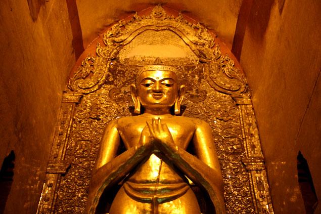 La popsición de las manos simboliza el primer sermón de Buda