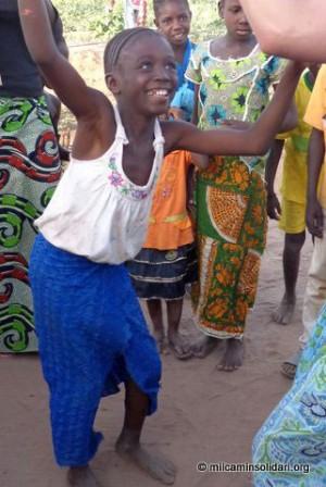 Niño bailando en la Ong