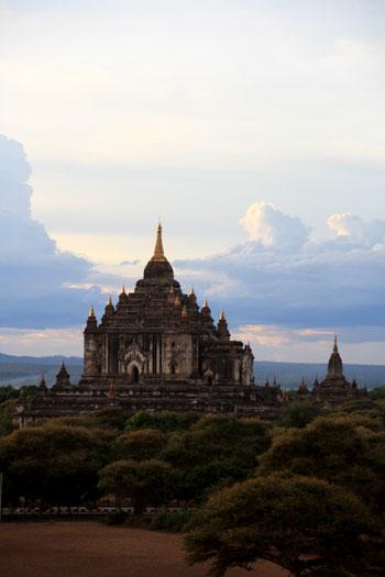 templo Thatbyinnyu al atardecer